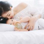 かしはらあきおのを読む赤ちゃんのイメージ